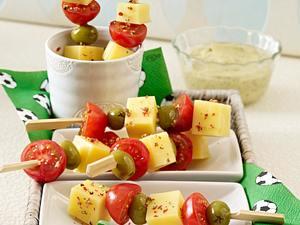 Käse-Spieße mit Oliven und Kirschtomaten zu Senfdip (Fußball-Snack) Rezept