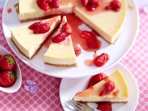 Käsekuchen mit Erdbeerkompott Rezept