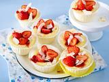Käsekuchen-Muffins mit Kokoslikör und Erdbeeren Rezept