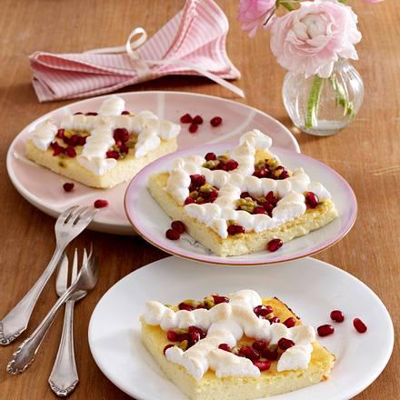 Käsekuchen vom Blech mit Passionsfrucht, Granatapfel und Baisergitter Rezept
