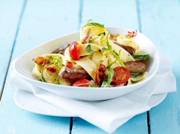 Käsesahnesoße zu Bandnudeln Rumpsteak und Zucchini Rezept