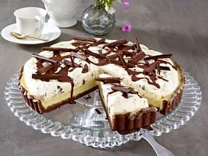 Käsetarte mit weißer Schokoladen-Mousse und Schokospänen Rezept