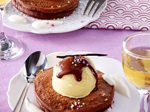 Kakao-Blinis mit Vanille-Eiscreme und Schokosoße Rezept