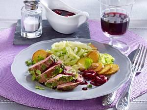 Kalbsfilet im Kräutermantel auf Spitzkohl und Pfefferkirschen (Das perfekte Dinner) Rezept