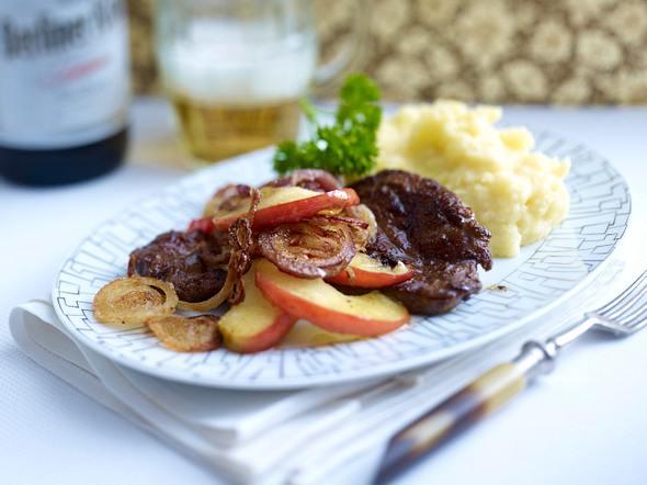 Kalbsleber Alt Berlin mit Zwiebel, Apfel und Quetschkartoffeln Rezept