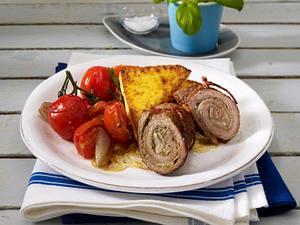 Kalbsröllchen mit Schinken-Pesto-Parmesan-Füllung auf geschmortem Tomatengemüse und gebratenen Polentarauten Rezept