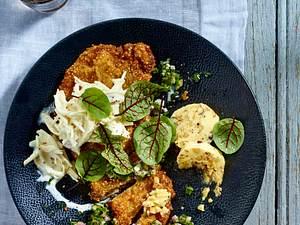 Kalbsschnitzel in Quinoa-Panade mit Selleriesalat, Salsa verde und Nussbutter Rezept
