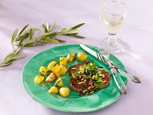 Kalbsschnitzel mit Oliven, Pinienkernen und Röstkartoffeln (Hauptgericht Donna Hay) Rezept