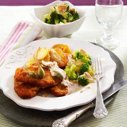 Kalbsschnitzel Wiener Art mit Thunfisch-Kapernsoße, Bratkartoffeln und Mandel-Broccoli Rezept