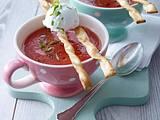 Kalte Tomatensuppe, Frischkäsebällchen und Grissinistangen Rezept