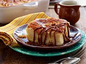 Karamell-Brotauflauf mit Zimtäpfeln Rezept
