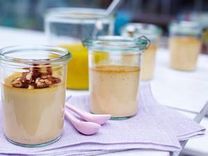 Karamellcreme mit Mangopüree und Pinienkernkrokant Rezept