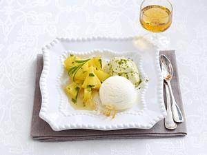 Karamellisierte Ananas mit Quark-Sorbet und Pistazien-Mousse Rezept