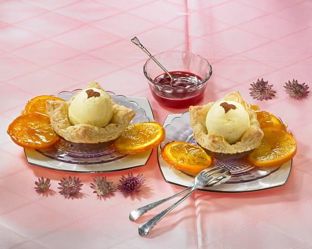 Karamellisierte Orangenscheiben mit Vanilleeis auf Blätterteig Rezept