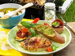 Karibisches Schweinekotelett mit grünem Pesto und Brot Rezept