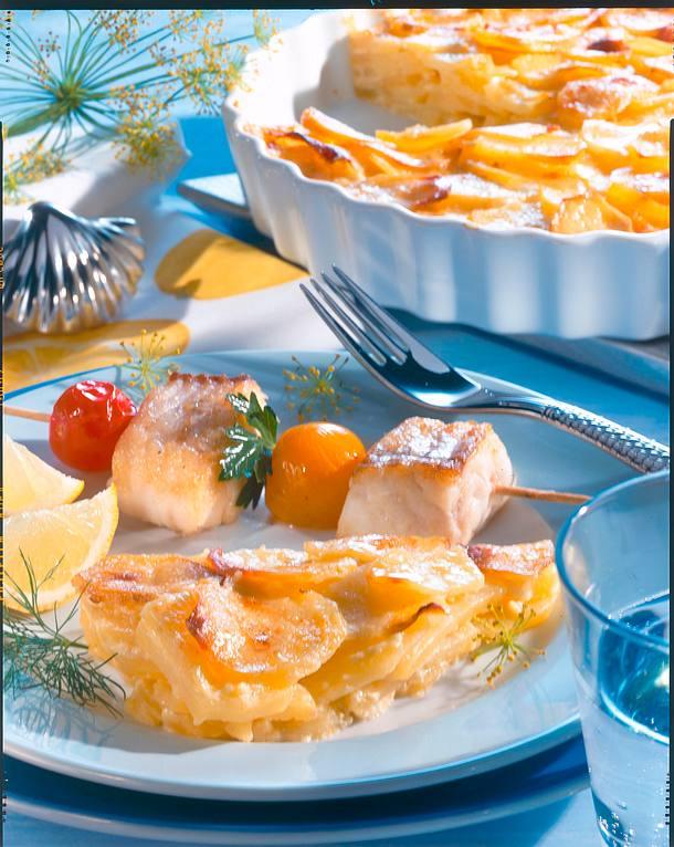 Kartoffel-Gratin mit Fischspießen Rezept