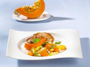 Kartoffel-Kürbis-Pfanne mit Lauchzwiebeln und Schafskäse Rezept