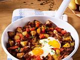 Kartoffel-Rösti mit Speck, Wurst und Ei Rezept
