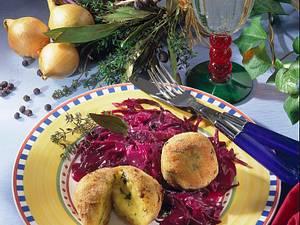 Kartoffel-Thymianklöße auf Rotkohl Rezept