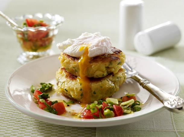 Kartoffelbratlinge mit pochiertem Ei und Tomaten-Lauchzwiebel-Salsa Rezept