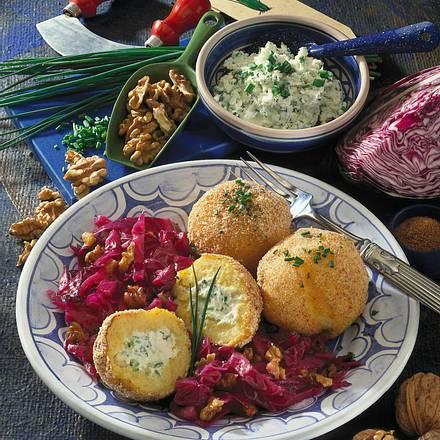 Kartoffelklöße mit Frischkäsefüllung und Rotkohl Rezept