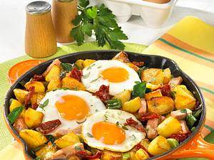 Kartoffelpfanne mit Fleischkäse und Spiegelei Rezept