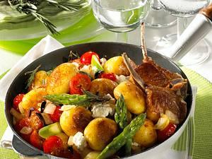 Kartoffelpfanne mit Kirschtomaten, grünem Spargel und Schafskäse zu Lammkoteletts Rezept