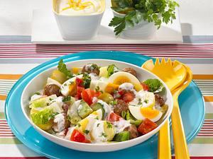 Kartoffelsalat mit Mettbällchen, Gurke, Tomate, Paprika, Zwiebeln und Römersalat Rezept