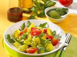 Kartoffelsalat mit selbstgemachtem Pesto, Rauke und Tomate Rezept