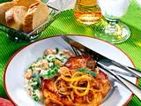 Kasselerkotelette mit Zwiebel, Erbsen-Möhrengemüse und Baguette Rezept