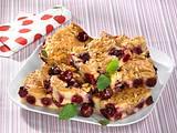 Kirsch-Marzipan-Blechkuchen mit Mandelkrokant Rezept