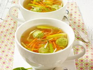 Klare Brühe mit Spinatklößchen und Gemüsejulienne Rezept