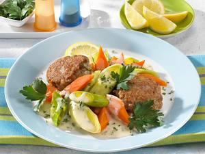 Klassische Frikadellen mit Möhren-Porree-Gemüse Rezept