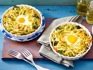 Kleine Brokkoli-Bandnudel-Aufläufe mit Ei Rezept