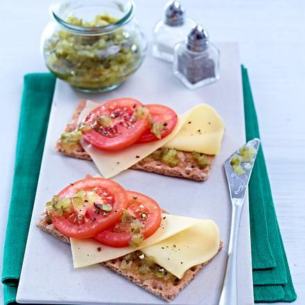 Knäckebrot mit Käse, Tomate und Relish Rezept