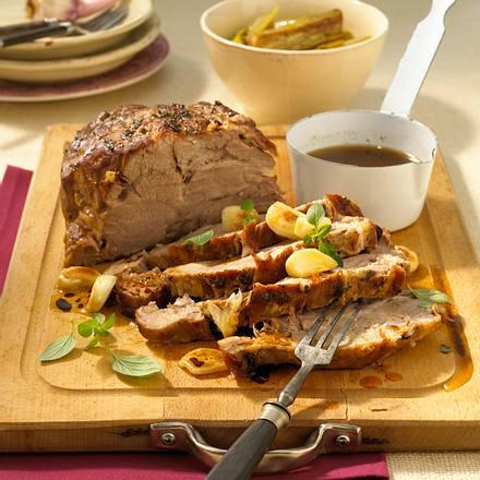 Knoblauch-Schweinebraten auf Porree-Gemüse Rezept