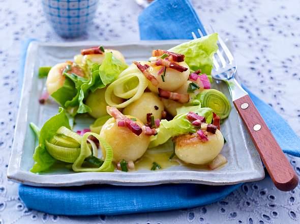 Knödel-Salat mit Porree und Speck-Vinaigrette Rezept