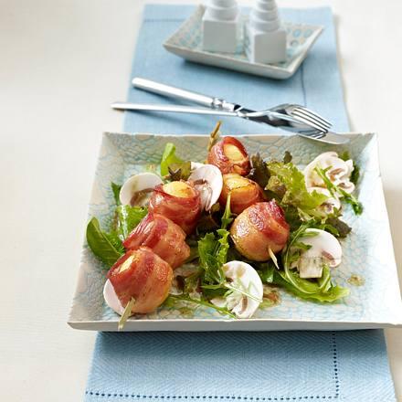 Knödel-Speck-Spieße auf Gartensalat mit Champignons (vier Zutaten) Rezept