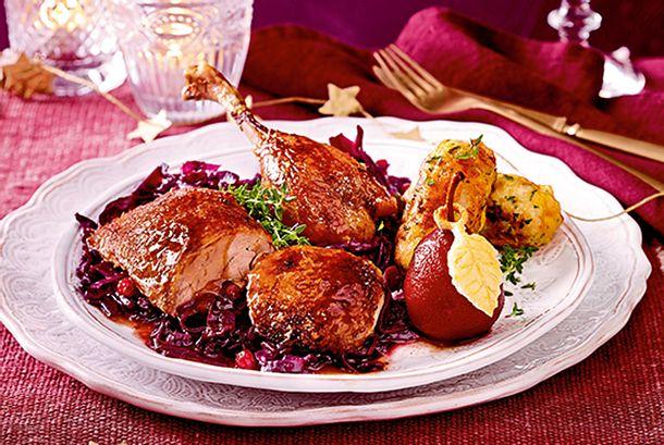 Knusprige Ente mit Knödelkroketten und Portweinbirne Rezept