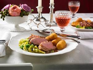 Knusprige Entenbrust mit selbst gemachten Kroketten und Preiselbeer-Rotwein-Soße Rezept