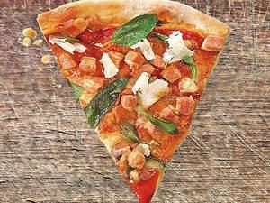 Knuspriger Pizzateig mit Tomatensugo, Speck & Salbei Rezept