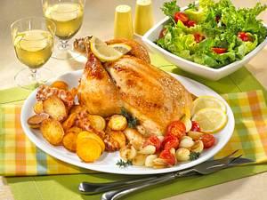 Knuspriges Brathähnchen mit Röstkartoffeln und Salat Rezept