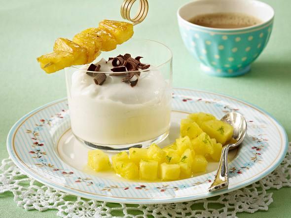 Kokospudding mit Ananasspießchen und Ananassalat Rezept