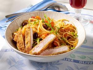 Kotelett mit Parmesankruste zu Nudeln mit Tomaten-Oliven-Soße und Rauke Rezept