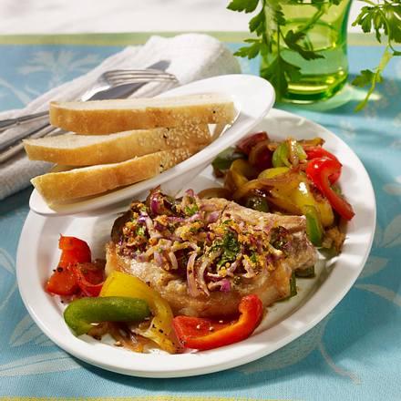 Kotelett mit Pfeffer-Petersilienkruste auf buntem Paprikagemüse Rezept