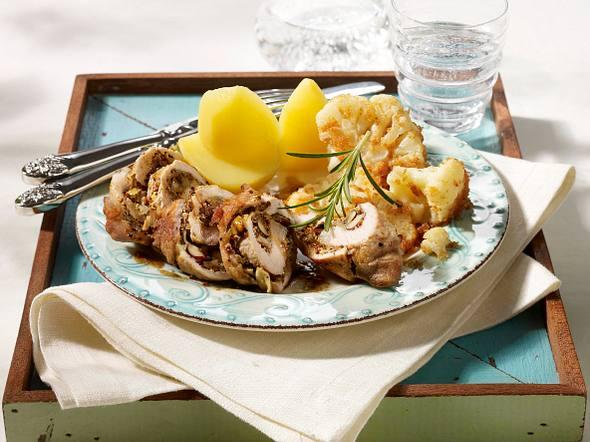 Kotelett-Roulade mit Rosmarin-Haselnuss-Füllung zu Blumenkohl mit Bröselbutter Rezept