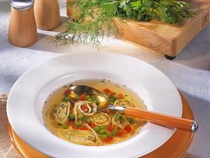 Kräftige Gemüsebrühe mit Speck-Kräuter-Flädle Rezept