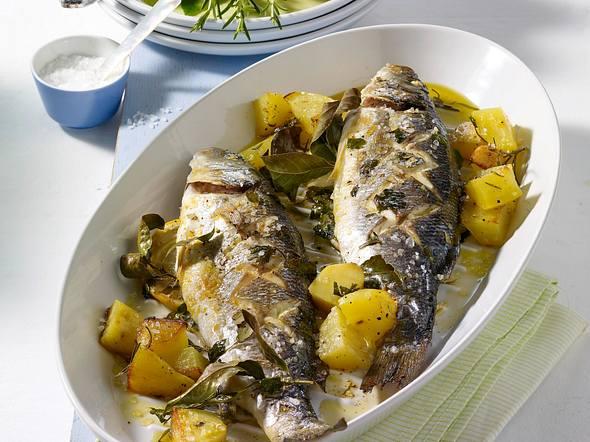 Kräuter-Fisch auf Kartoffeln aus dem Ofen Rezept