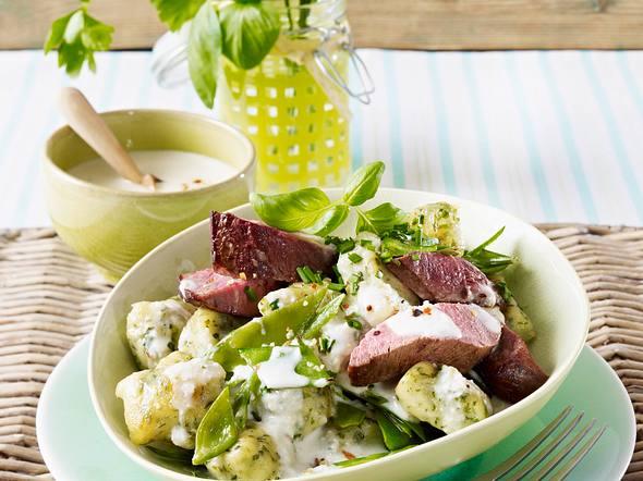Kräuter-Gnocchi mit Gorgonzolasoße, Rinderfilet und Zuckerschoten Rezept