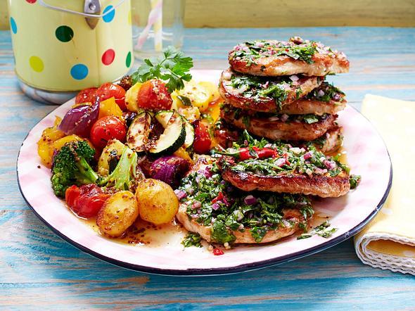Kräuter-Limetten-Schnitzel mit lauwarmem Röstgemüse-Salat Rezept